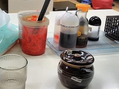 一味ラーメン太宰府店のテーブル調味料や紅ショウガ