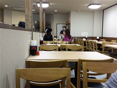 餃子の店の旭軒駅前本店のテーブル席