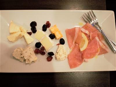 二日市Pino(ピノ)のチーズと生ハム盛り