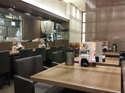 美膳のカウンターとテーブル席