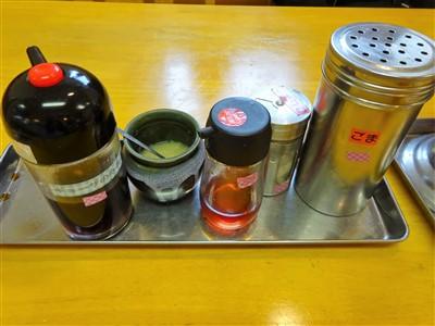 うちだラーメンのテーブル調味料1