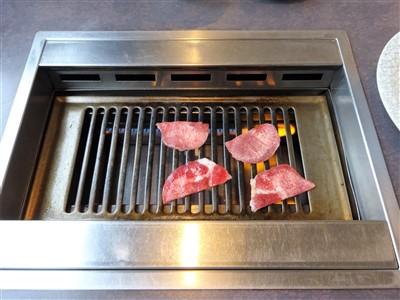 焼肉のかわはらの牛タンを焼く